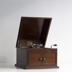Tuhafier  His Master's Voice Table Top Gramophone